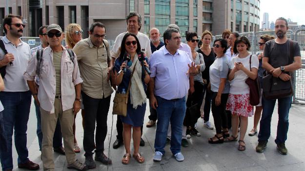 Bülent Mumay'a destek amacıyla gazeteciler adliye önünde toplandı