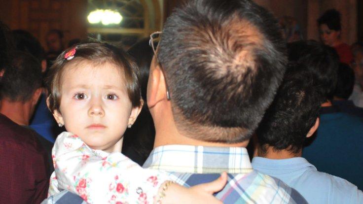 Gece geç saatlerde toplanan kalabalık arasında küçük çocuklarıyla gelenler de vardı.