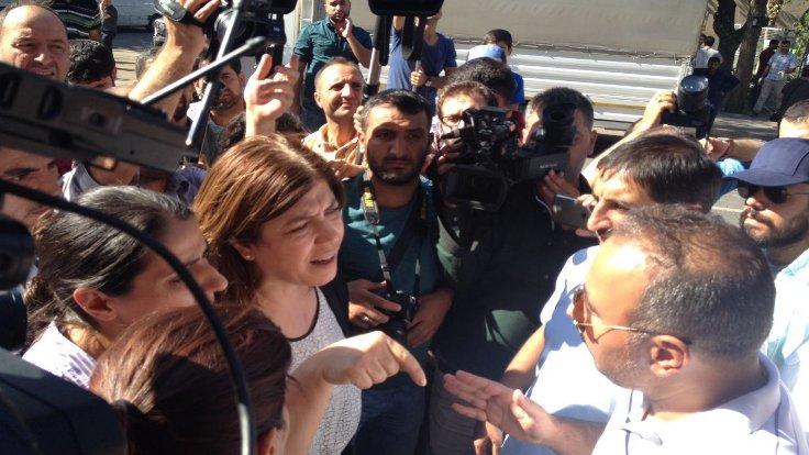 Milletvekilleri, belediye önünde açıklamaya izin vermeyen polise tepki gösterdi.