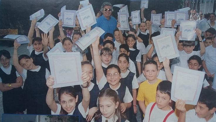 Tarık Akan Taş Mektep öğrencileriyle. (Fotoğraf: Şamdan dergisi, Haziran 1998)