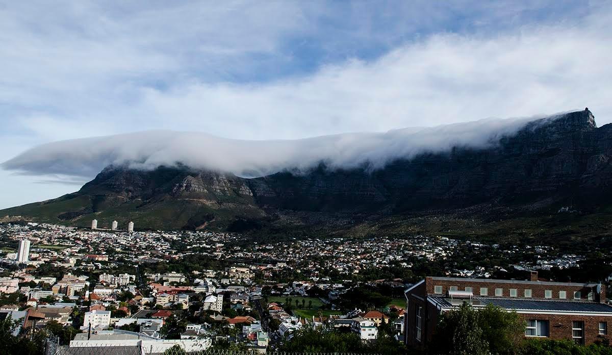 Cape Town'nın simgesi Masa Dağını örtmeye başlayan Masa Örtüsü.