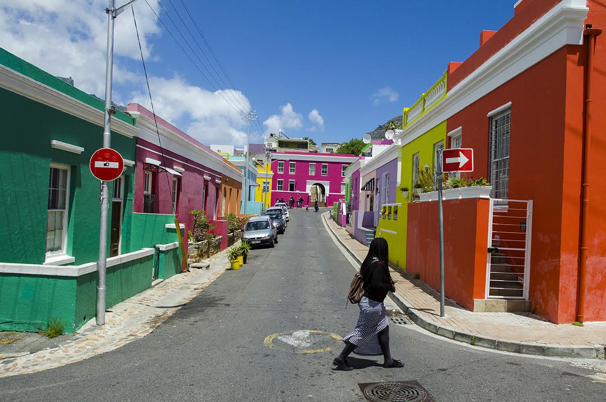Nüfusunun çoğunluğu müslüman, renkli evleriyle ünlü Boo Kap Mahallesi. Tabi evlerin arkasınangeçtiğinizde gerçek yüzüyle karşılaşıyorsunuz.