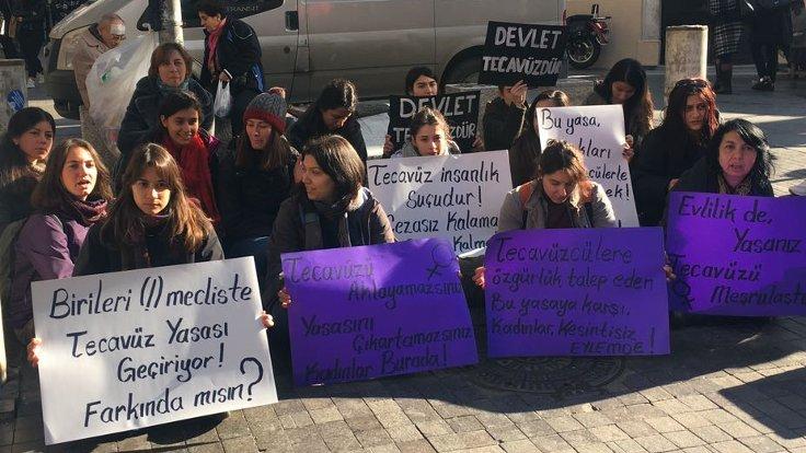 Meclis'te sunulan önergeyi protesto eden kadınlar, Kadıköy Khalkedon Meydanı'nda toplandı.