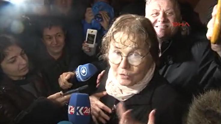 Dilbilimci Necmiye Alpay, cezaevi önünde basın mensuplarına açıklama yaptı.