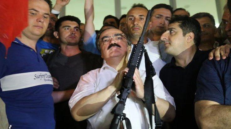 Vali Coş'un, 15 Temmuz akşamı darbeci askerlere seslenmesiyle ilgili de bilgi verildi.