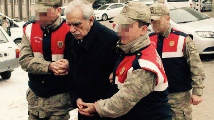 Ahmet Türk, koluna sıkı sıkıya giren iki asker eşliğinde hastaneye götürülmüştü.