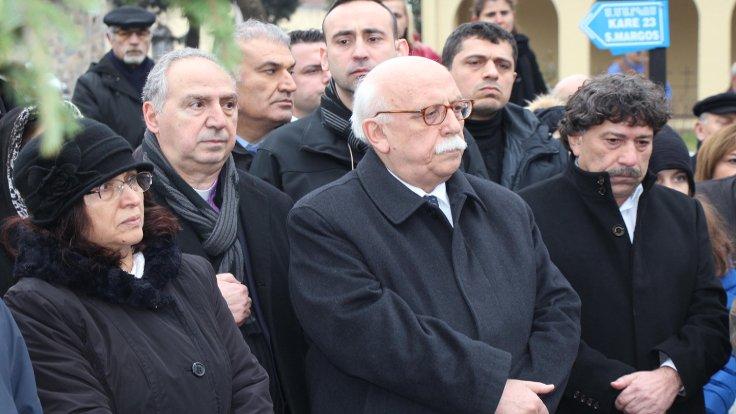 Hrant Dink'in ailesinin yanısıra, Bakan Avcı da (ortada) mezarlıktaki anmaya katıldı.