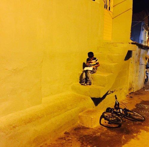Ballıkuyu'da elektrik direğinin ışığında ders çalışan çocuk.