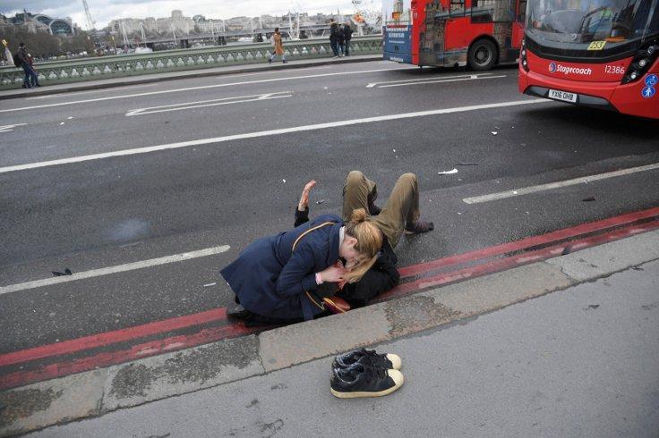 Westminster Köprüsü'nde bir yaralıya ilk müdaheleyi yoldan geçen bir başka vatandaş yaptı. Fotoğraf: Reuters.
