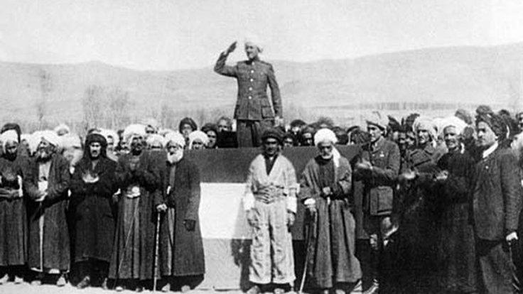 1946'da Mahabad Cumhuriyeti ilan ediliyor. Önde ortada Molla Mustafa Barzani.