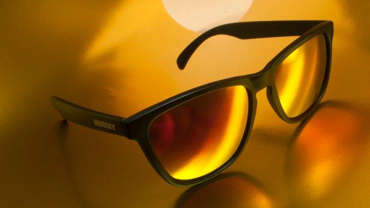 Gözlerimizi güneşin zararlı etkilerinden korumak amacıyla güneşli havalarda, ışıktan rahatsız olmasak dahi, güneş gözlüğü kullanmalıyız. Güneş gözlüklerini seçerken özellikle kaliteli camları seçmeliyiz ve ultraviyoleden koruyup korumadığına dikkat etmeliyiz.