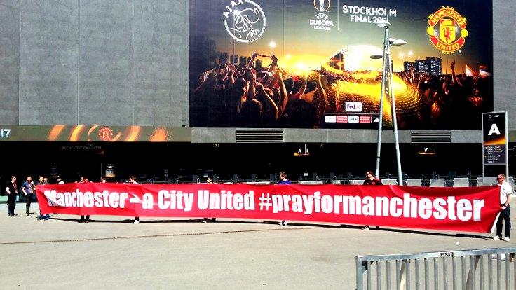 """Maç öncesi, Manchester'da yaşanan terör saldırısına dikkat çekmek için United taraftarları şehrin diğer takımı City'ye de atıfta bulunarak açtığı dayanışmasına pankartında """"Manchester birleşmiş bir şehirdir"""" mesajını verdi..."""