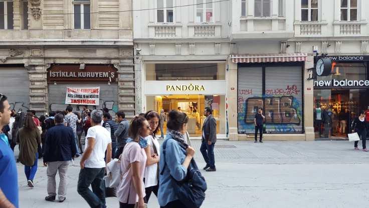 Robinson Crusoe 389 yerine açılan takı dükkanı ve yeni kiralık dükkanlar
