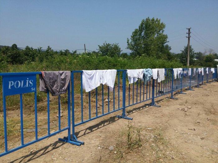 Yıkanan elbiseler polis barikatına asıldı.