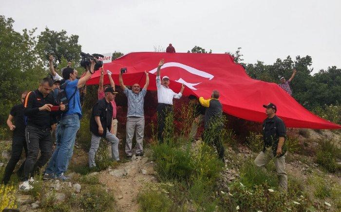 Kılıçdaroğlu kendisine destek için yolun üst tarafında bayrakla bekleyenlerin yanına çıktı.