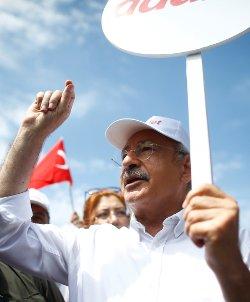 """""""Berberoğlu içeride. Hangi gerekçeyle içeride? Bakıyorsunuz, dokunulmazlığının kaldırılmasını öngören madde ayrı ama verilen ceza ile ilgili madde ayrı. Oysa verilen cezayla ilgili yeni bir dokunulmazlık dosyasının gelmesi lazım. Ama Türkiye'de hukuk yok. 'Ne yaparsan yap, ben seni hapse atacağım' diyor."""""""