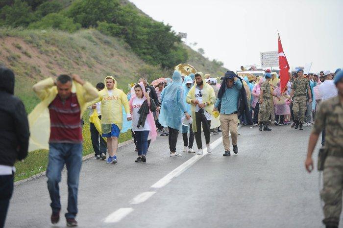 Yürüyüşün bugünkü etabı yağmur altında devam ediyor.