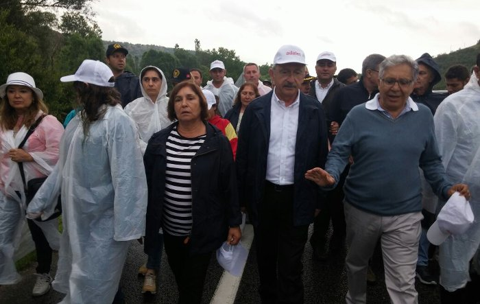 4 gündür 'Ey özgürlük' şarkısı eşliğinde devam eden Adalet Yürüyüşü'ne şarkıyı seslendiren zülfü livaneli de katıldı.