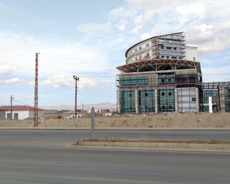 Otoyol üzerine alışveriş merkezi inşaatı