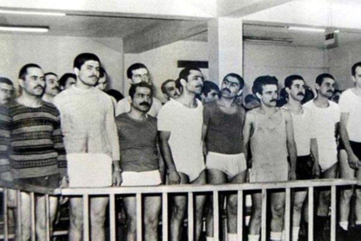 Tek tip elbise giymeyi reddettikleri için mahkeme salonunda iç çamaşırlarıyla kalan THKP-C Üçüncü Yol davası tutukluları. (Fotoğraf: Deniz Teztel, 1983)