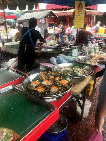 31e1217078066 Oldukça ilginç bir kültür var bu konuda, sabahtan itibaren ortalıkta  yiyecekler hazırlanan ve satılan tezgahlara rastlamak mümkün.