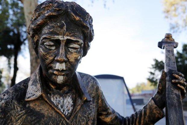 Antalyada heykellere saldırı: Kendini bilmezler, o çubuğu ne yapacak Para da etmez 47